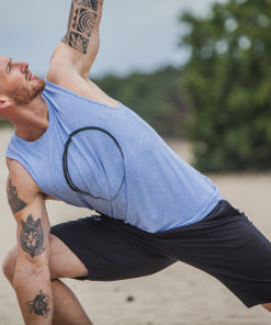 Mannen yoga shorts Bodhi in zwart en de mannen yoga tank Moksha Zen in Blue Skies